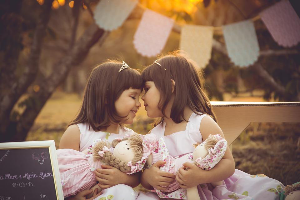 Tweeling met poppen