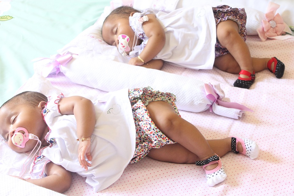 twee slapende baby's