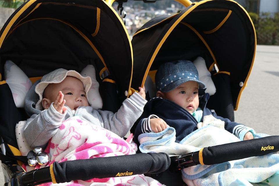 Tweeling in kinderwagen